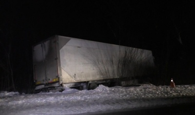 На Буковині рятувальники відбуксирували вантажівку, яка з'їхала в кювет через ожеледь - фото