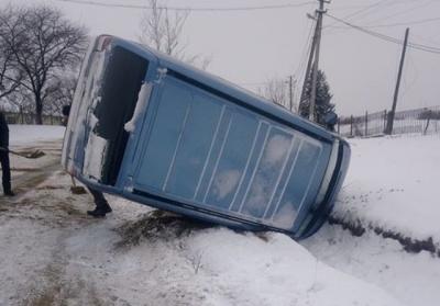 На Буковині перекинувся мікроавтобус на слизькій дорозі - фото