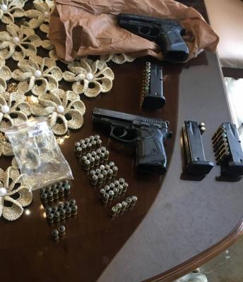 На Закарпатті під час обшуків у контрабандистів вилучили гроші, зброю, сигарети