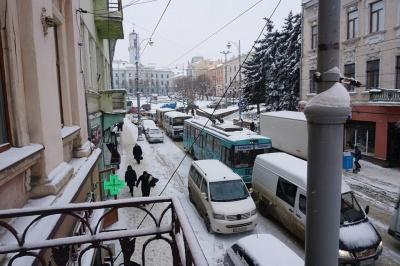 На яких вулицях Чернівців утворилися значні затори - фото