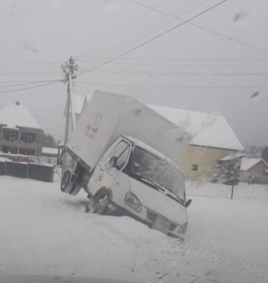 На Буковині вантажівка з хлібом з'їхала в кювет через ожеледь - фото