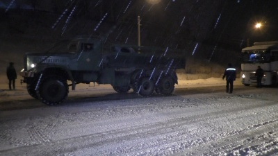 На Буковині рятувальники визволили зі снігового полону кілька вантажівок - фото
