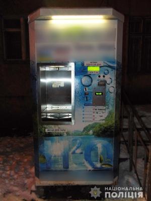 У Чернівцях затримали злодіїв, які обкрадали автомати з водою - фото