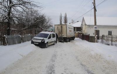 У Сторожинці вантажівка на слизькій дорозі врізалась у автівку - фото