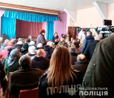 На Буковині під час зборів церковної громади віряни перешкоджали журналістці – поліція