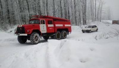 У Чернівцях рятувальники відбуксирували із заметів автівки, де перебували діти - фото