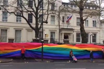 У Лондоні посольство РФ обгорнули величезним прапором ЛГБТ