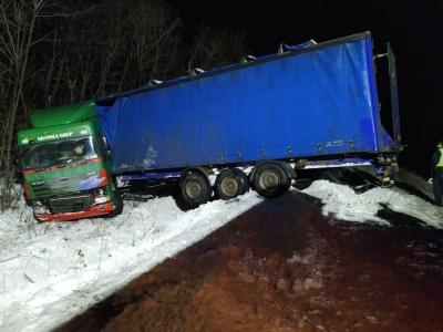 У Хотині вантажівка злетіла з дороги в кювет – фото