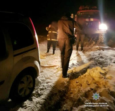 Заручники негоди: на Буковині сім'я з двома дітьми застрягла в авто в заметі - фото