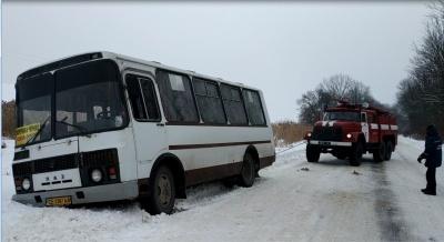 На Буковині водій маршрутки із пасажирами з'їхав у кювет - фото