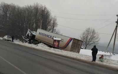 На трасі «Чернівці–Порубне» вантажівка злетіла з траси – фото