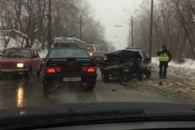 У Чернівцях автівка влетіла в електроопору, водія забрала швидка – відео