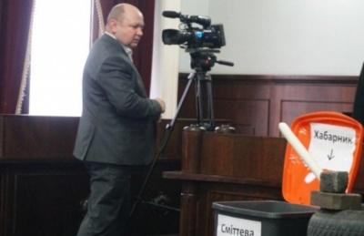 Три пікети у міськраді: Продану принесли шини і смітник з написом «Хабарник» – фото