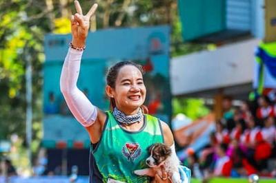 У Таїланді учасниця пробігла марафон із врятованим цуценям на руках