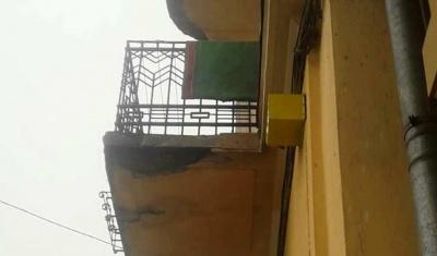 У центрі Чернівців шматок балкона впав на голову жінці – фото