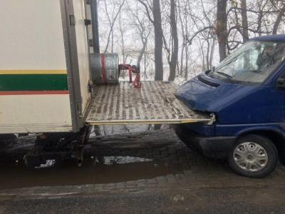 На Буковине грузовик вьехал в микроавтобус - фото