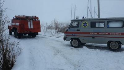 На Буковині на засніженій дорозі застрягла карета «швидкої» - фото