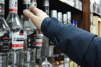 На Буковині школяреві продали алкоголь: як покарають підприємця