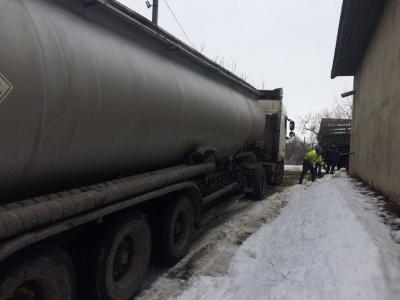 На Буковині рятувальники відбуксирували бензовоз, який застряг через ожеледицю - фото