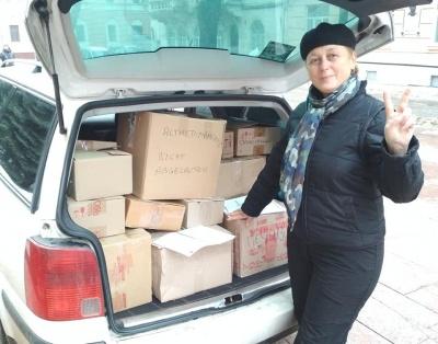 У Чернівцях волонтери відправлять бійцям необхідні речі та дитячі листи - фото