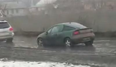 У Чернівцях біля Калинки водою підтопило вулицю – відео