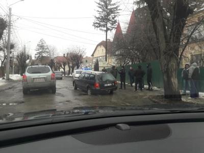 У Чернівцях легковик провалився в яму на вулиці Щербанюка – фото