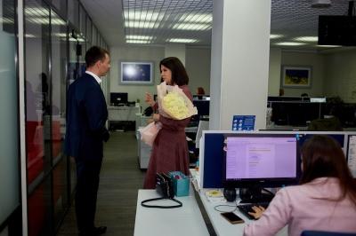 Чернівчанин подарував відомій ведучій букет троянд і вишиванку - відео