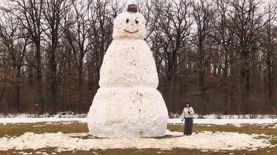 На Прикарпатті юнаки зліпили 7-метрового сніговика – відео