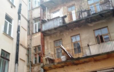«Сюди страшно зайти»: у центрі Чернівців вода руйнує старовинний австрійський дім