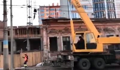 «Могла статися біда»: у Чернівцях автокран ледь не зірвався зі стійок під час роботи – відео