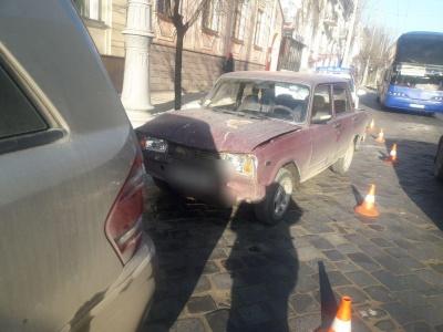 У Чернівцях на Головній зіткнулися «Жигулі» та Mercedes - фото
