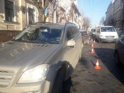 В Черновцах на Главной столкнулись «Жигули» и Mercedes - фото