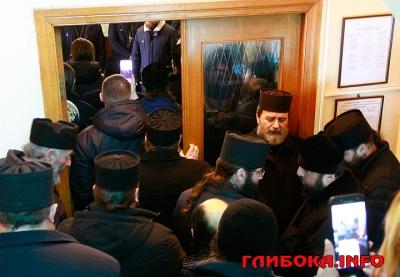 На Буковині прихильники РПЦ влаштували пікет під Глибоцькою РДА - фото