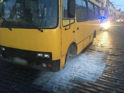У центрі Чернівців раптово спалахнула маршрутка – фото