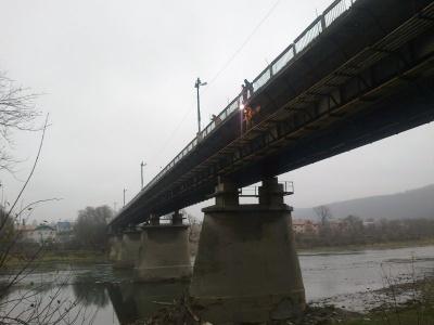 Кинулась з моста у річку: на Буковині жінка вчинила самогубство на очах у свідків