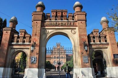 Як руйнується ЧНУ: посипався фасад головної туристичної пам'ятки Чернівців – фото