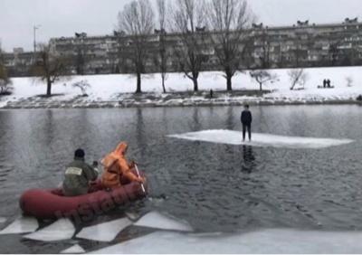 У Києві врятували підлітка, який опинився на відколотій крижині посеред Дніпра - відео
