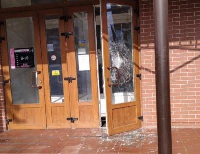 У Чернівцях невідомий у масці розбив двері меблевого магазину і втік - фото