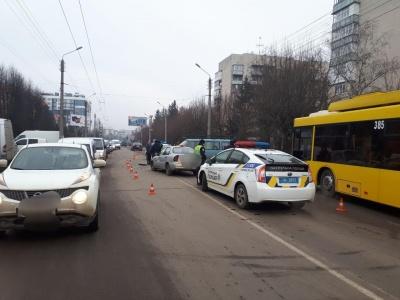 У Чернівцях мікроавтобус зіткнувся з автомобілем таксі, двоє водіїв у лікарні