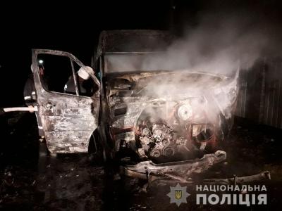 На Буковині двоє невідомих осіб підпалили мікроавтобус