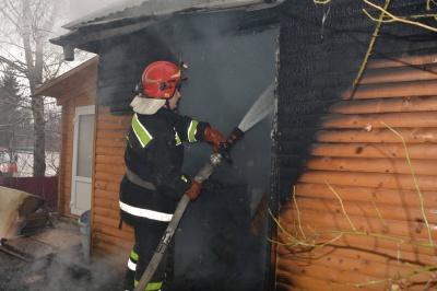 Залишив запалену свічку: у Заставні раптово спалахнув будинок