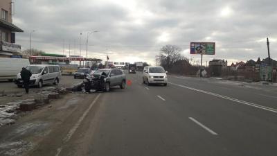 У Чернівецькій області зіткнулися вантажівка і легковик - фото