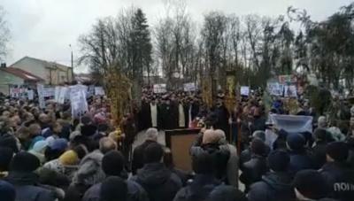 У Сторожинці прихильники УПЦ МП влаштували молитовне стояння під РДА - фото