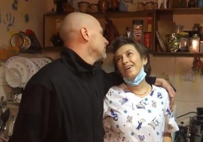 «Любов на фронті скрізь»: стоматолог із Чернівців розповіла про кохання, яке не змогла розлучити війна - відео