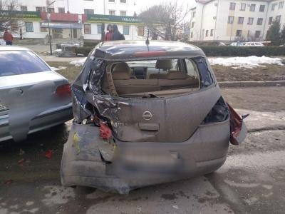У Чернівцях маршрутка врізалась у 4 припарковані легковики – фото