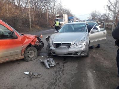 У Чернівцях водій заснув за кермом і вчинив ДТП: двоє людей травмовані