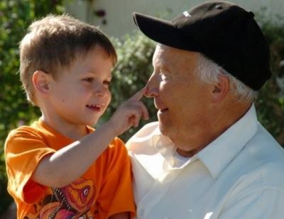 Держава готова платити дідусям і бабусям, які доглядають онуків