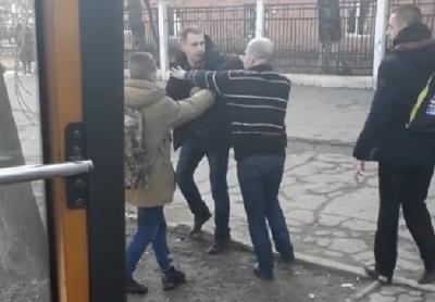 У Чернівцях пасажир ударив каменем по голові водія маршрутки – відео