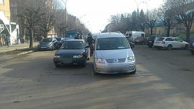 У Чернівцях зіткнулися дві автівки: на проспекті ускладнений рух - фото