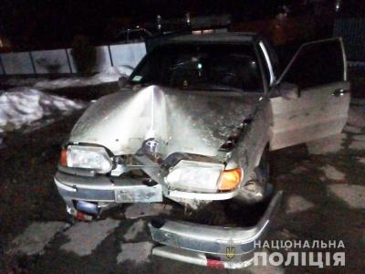 На Буковині легковик врізався в огорожу, водій загинув